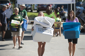 Alumni help students move in to Carlise Hall during Welcome Weekend